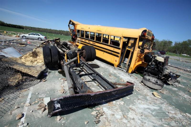 Останки двух школьных автобусов на