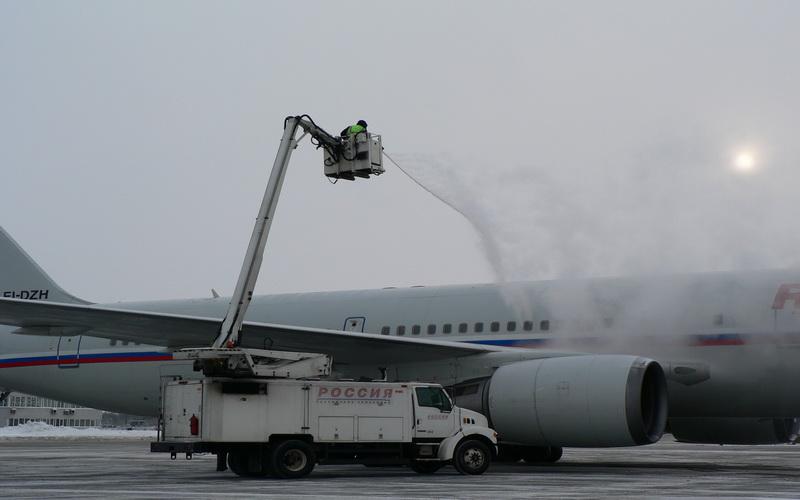 Самолеты зачем поливают самолеты